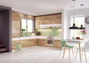Drewno jest dekoracją samą w sobie, dlatego można pozwolić, aby zawładnęło wnętrzem kuchennym, a aranżację można delikatnie ożywić wprowadzając element ozdobny w postaci kolorowego dekoru.  Fot. KAM
