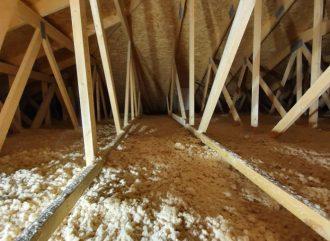 Ciągła, bezspoinowa warstwa izolacyjna z sypkich włókien drzewnych STEICOzell jest odporna na osiadanie i znacząco poprawia parametry termoizolacyjne dachu, dodatkowo chroniąc jego konstrukcję przed destrukcyjnym działaniem wilgoci, którą włókna absorbują. Fot. SPECterm